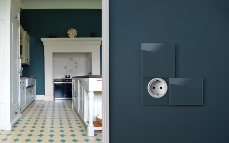 Lichtschalter Blau mit Steckdose, LED beleuchteter Berührungsschalter